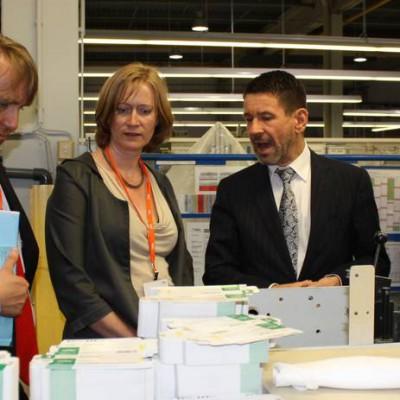 Wirtschaftsexpertin und IHK besuchen internationalen Verpackungshersteller